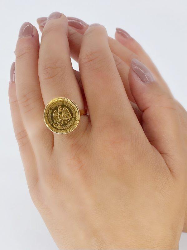 "Mesure et rat du temps - Mesure et rat du temps - Ring Coins 2 Pesos Yellow Gold 24 Carats Estados Unidos Mexicana Solid 18k gold ring, eagle head hallmark, set with a gold coin of Dos Pesos Mexicanos, with the effigy of an eagle ""Estados Unidos Mexicanos"", dated 1945, 20th century. Size : 54 FR; 6,75 US; N UK"