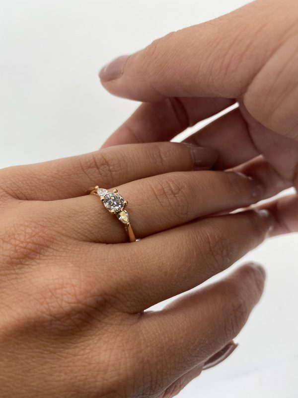 mesure et art du temps - Solitaire Engagement Ring in 18k Rose Gold with Diamonds Engagement ring in Rose Gold with 3 Diamonds. Perfect to offer to the one you love Color : E Purity : SI1 VG/EX/VG/FR 2 Pear cut Diamonds : 2x0,95carats 1 Diamond : 0,5 carats Size : 51,5 FR; 5,75 US; L UK
