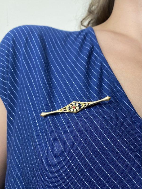 Mesure et art du temps - 18K Yellow Gold Ruby and Pearl Brooch. Bijoux anciens Bijouterie Atelier de bijouterie Joaillerie