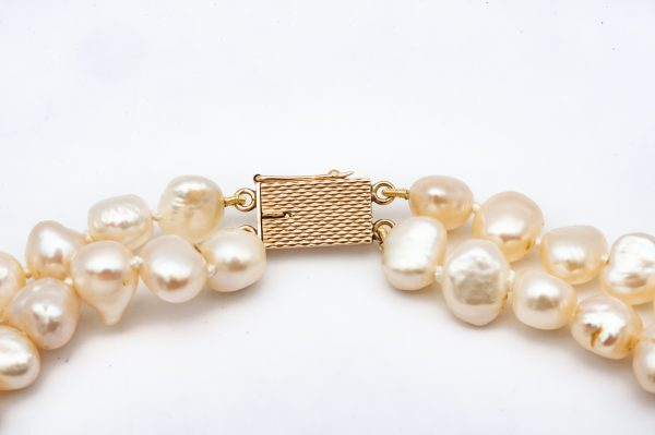 Mesure et art du temps - 2 Strands Fine Pearls Necklace with 18k Yellow Gold Clasp Necklace of Fine Pearls 2 Rows that has been threaded. Clasp in 18 karat yellow gold. Width of the pearls: 0,8 cm Width: 1,3 cm Length: 46,5 cm Bijoutier Joaillier Atelier de bijouterie Horloger Bretagne Vannes Morbihan