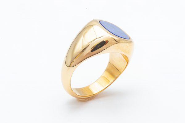 mesure et art du temps - Ring Chevalière Yellow Gold 18 carats and Lapis Lazuli Ring style signet ring with a lapis lazulis cushion cut. Lapis Lazulis plate that can be engraved Lapis Lazulis width : 0,85 cm Lapis Lazulis length: 0.9 cm Size: 53 FR, 6,5 US , M UK. Bijoutier Joaillier Horloger Horlogerie Bretagne Vannes France Morbihan