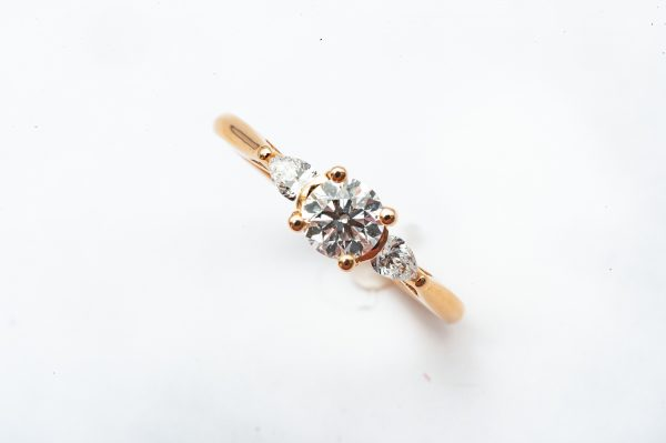 mesure et art du temps - Solitaire Engagement Ring in 18k Rose Gold with Diamonds Engagement ring in Rose Gold with 3 Diamonds. Perfect to offer to the one you love Color : E Purity : SI1 VG/EX/VG/FR 2 Pear cut Diamonds : 2x0,95carats 1 Diamond : 0,5 carats Size : 51,5 FR; 5,75 US; L UK. Bijoutier - Joaillier - Bijoux précieux - Diamands - Or Jaune 18 carats - Bretagne - Vannes - France