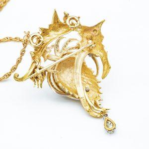 Mesure et rat du temps - 18 karat Yellow Gold and White Gold Brooch and Diamond Pendant 18 karat yellow gold chain with pendant and brooch. 1 Diamond in pear 0,16 carats, 1 Diamonds 0,03 carats and Diamonds on White Gold 0,01 carats. Length of the necklace: 52,5 cm Width of the pendant, brooch: 4,2 cm Length of the pendant, brooch: 5.2 cm