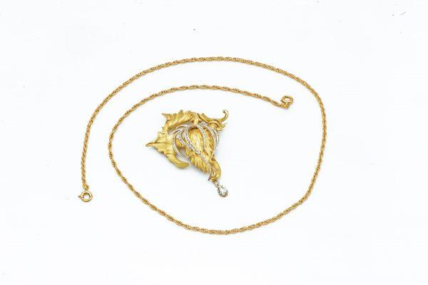 Mesure et rat du temps - 18 karat Yellow Gold and White Gold Brooch and Diamond Pendant 18 karat yellow gold chain with pendant and brooch. 1 Diamond in pear 0,16 carats, 1 Diamonds 0,03 carats and Diamonds on White Gold 0,01 carats. Length of the necklace: 52,5 cm Width of the pendant, brooch: 4,2 cm Length of the pendant, brooch: 5.2 cm . Bijoutier Joaillier Horloger Horlogerie Vannes Bretagne Morbihan France