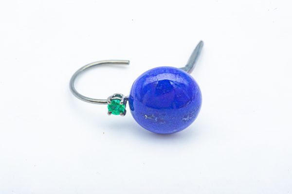 Mesure et art du temps - 18 karat Black Gold Lapis Lazulis and Emerald Earrings Cabochon cut Lapis Lazulis with a 0.10 carat Emerald set in 18 karat Yellow Gold. Pendant Earring with Clip Clasp to ensure their safety. Emerald : 0,10 carats Width: 1.2 cm / 0.3937 inch Length: 1.5 cm / 0.3937 inch