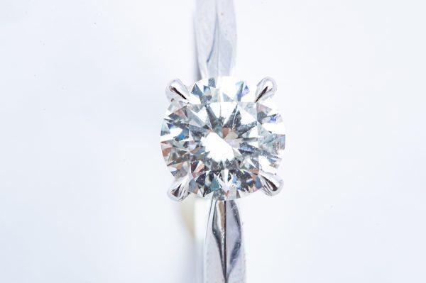 Mesure et art du temps - 18 karat white gold engagement ring with a 0.5 carat diamond Propose to the one you love with a Solitaire Engagement Ring. It has a 0.5 karat Diamond mounted on 18 karat White Gold. Type : DI Shape : B Color: D Clarity: SI1 Size : 55 FR, 7 US, N UK