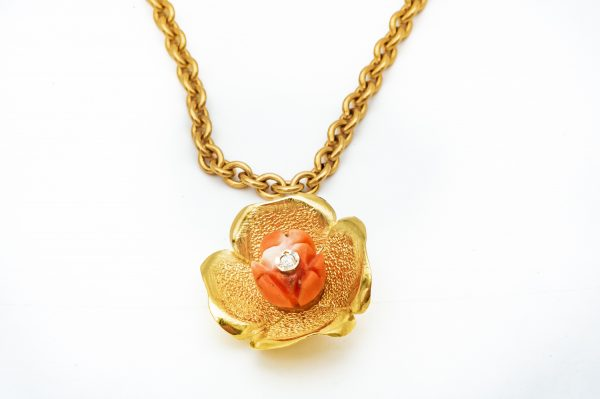 Mesure et art du temps - 18 karat yellow gold flower pendant with a diamond Discreet pendant of 1.4 cm in diameter on a piece of Coral. A Diamond of 0,01 carat is positioned in the center of the flower.