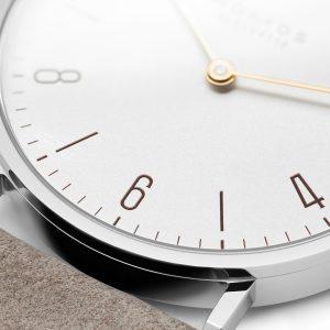 Mesure et art du temps - Tangente, le classique de NOMOS avec une élégante montre à deux aiguilles. Un design minimaliste sans trotteuse. Tangente 33 duo est particulièrement adapté aux poignets fins. Le boîtier est en acier inoxydable et les deux aiguilles brillent en or.
