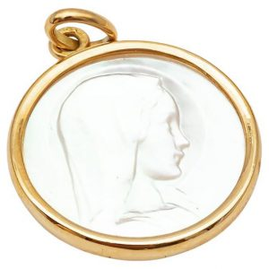 Mesure et art du temps - Mother of Pearl and 18K Yellow Gold Medal This round medal is made of Mother of Pearl and white gold 750/1000. On the part of the medal in mother-of-pearl, the Virgin is represented in profile in her youth. She wears a veil topped by a halo. Arthus Bertrand