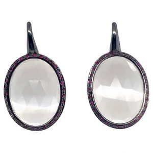 Mesure et art du temps - 18 karat black gold pendant earrings with large quartz and rubies Art deco style earrings with grey quartz and rubies mounted on 18k black gold. Find in our gallery the ring which is according with these earrings. length : 3,5 cm width : 1,8 cm