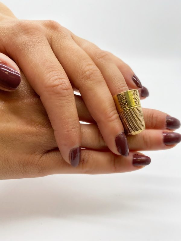 Mesure et art temps - Thimble in 18 carat yellow gold Thimble in solid 18 carat gold finely chiseled by hand Diameter : 1,6 cm Height : 2,5 cm