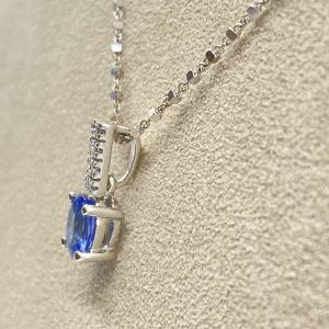Mesure et art du temps - 18 karat white gold diamond and sapphire necklace Necklace chain with original mesh in 18 karat white gold. Its pendants composed of 8 brilliant cut diamonds, H color and 1 Oval Blue Sapphire. length : 22,3 cm