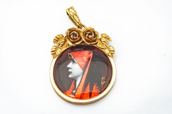 Mesure et art du temps - Religious pendant Young sister Yellow Gold 18 carats Religious pendant or medallion in 18K yellow gold. Roses and leaves are positioned above the young sister. Decorated by hand. Diameter of the medallion : 2,1 cm