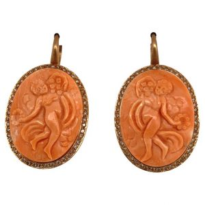 Mesure et art du temps - 18 karat Yellow Gold and Diamond Cameo Coral Earrings Cameo engraved with my hands in a Coral taken up on Yellow Gold 18 carats. The outline of the coral is set with Diamonds. Earrings neck sign
